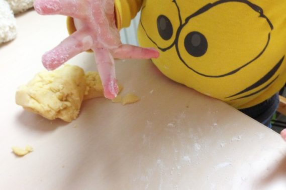 Zagniatanie ciasta :) na słodkie ciasteczka