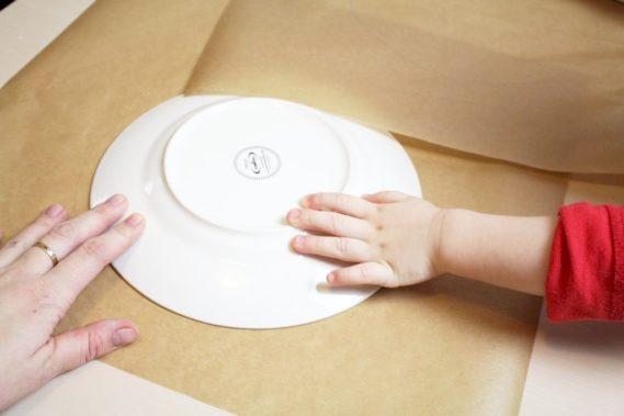Odrysowujemy talerz na przyszłą bezę