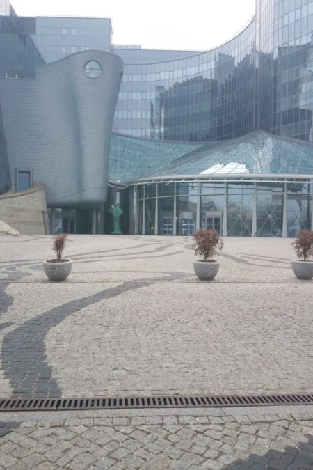 Budynek Telewizji Polskiej wydaje mi się mega krzywy :) co nie zmienia faktu, że lubię tam gościć