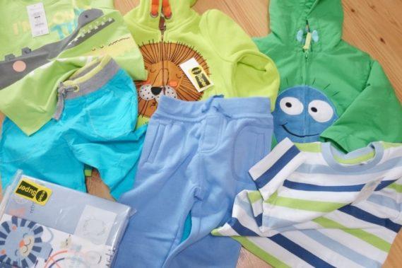 Zakupy dla dziecka, bardzo lubię kolorowe ubranka. Dla chłopców zazwyczaj są szare i bure, a tak w życiu jeszcze się nachodzi, więc szukam ile mogę by było kolorowo!