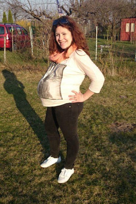 Jedno z ostatnich zdjęć z brzuszkiem :) ogromnym! Spodnie przeciążowe, ale bluzki - absolutnie żadna nie była dobra! nawet tuniki ciążowe :O