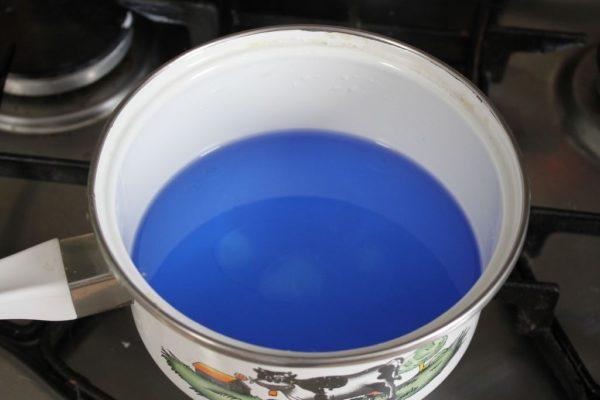 Dodaję barwnik i zapach i mieszam a potem zalewam świeczkę