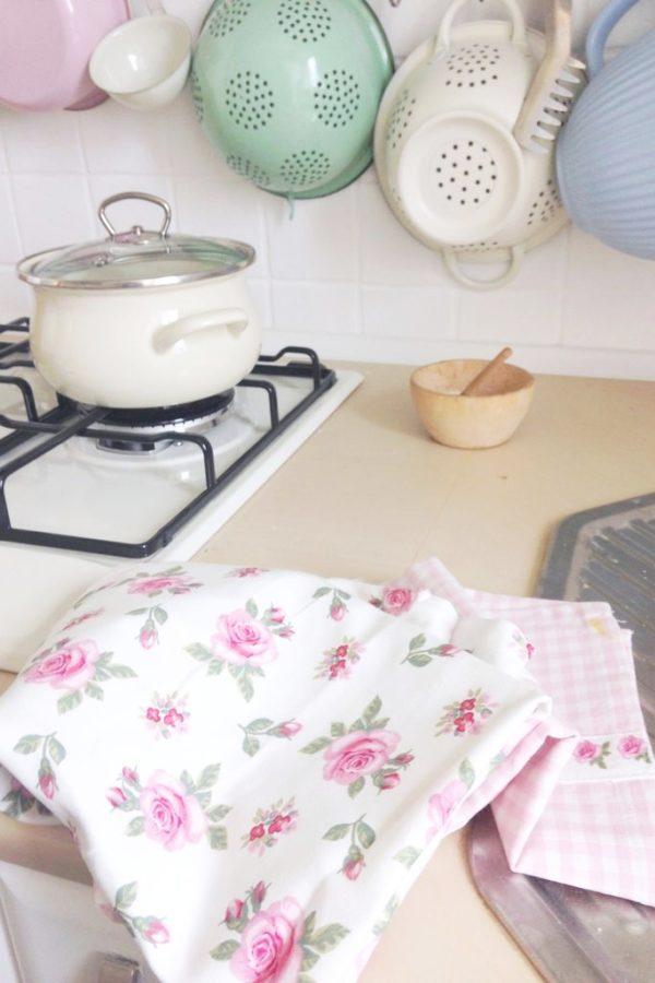 Dodatki wybrałam w kratkę i małe różyczki, szukam jeszcze fajnych kuchennych rękawic – ktokolwiek widział niech pisze :)