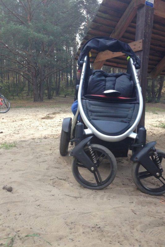 """Majówka, sezon grillowy. Tutaj nasz """"czołg"""", czyli wózek dla dwójki. A na grilla polecam placyki w Kampinosie - bardzo rodzinnie, sporo dzieci, a druga strona W-wy - Powsin"""