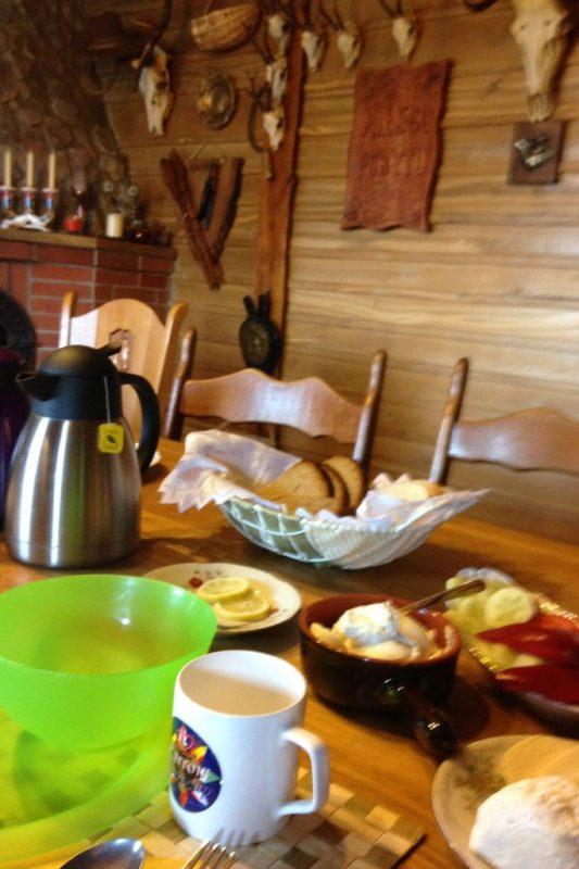 Codziennie rano czekało na nas pyszne śniadanie, z domową kiełbasą, serami takimi prawdziwymi, chlebem wypiekanym - mniam