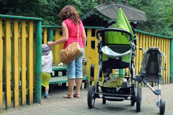 Bez dziecka na dostawce dobrze się prowadzi, jak widzicie na tym zdjęciu cała dostawka ma jedno koło i opiera się na ramie wózka oraz trzyma na rączce za pasek