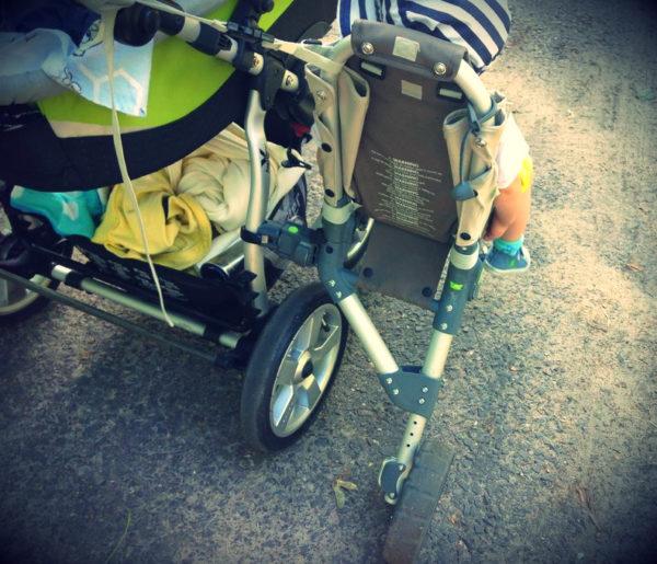 Bardzo ważny przy montażu jest ten pasek idący od rączki wózka, trochę mnie martwi co by się stało jakby pękło to mocowanie…