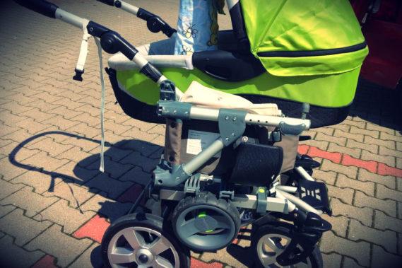 Wózek ze złozoną dostawką - widok z boku, bardzo kompaktowy