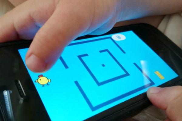 I na koniec gry na smartfonie. Po to sięgamy rzadko, bo powyższe są po prostu fajniejsze i bardziej dziecięce. Ale jak już to szukamy fajnych gier, tutaj trzeba układać kurce ziarenka by wyszła z labiryntu. Wymaga trochę myślenia a nie tylko gapienia się w ekran, więc akceptuję :)