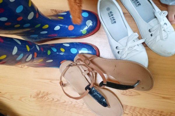 Buty – tramki i sandałki, dodatkowo kalosze lub sandały bardziej sportowe lub buty w górę – zależy od miejsca docelowego. W każdym razie nie trzeba trzech par sandałów na tygodniowy wyjazd :)