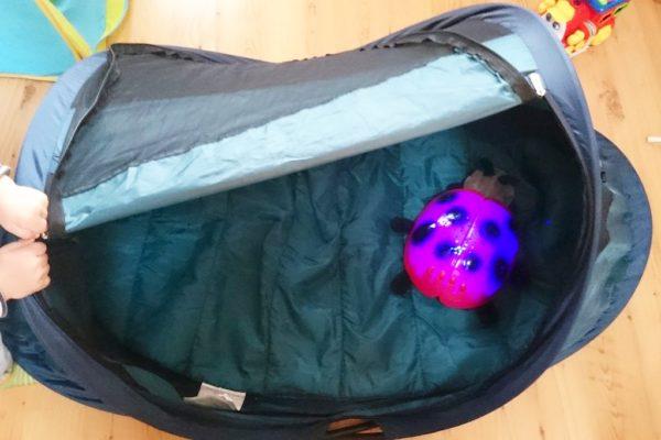 To łóżeczko KdiCo, póki co idealne. Ma kształt namiociku, wygodny materac, mieści się tam spokojnie dwulatek i jest bardzo stabilne.