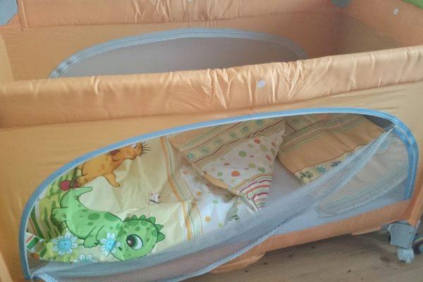 To klasyczne łóżeczko, u nas pełni funkcję normalnego (następnym razem napiszę Wam dlaczego). Lubię je, ale jednak wymiary i waga ok. 10-12 kg sprawiają, że nie nadaje się w podróż