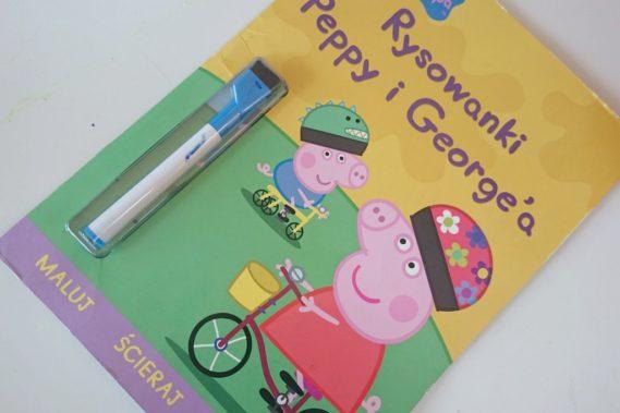 Rysowanki, kolorowanki, malowanki i tym podobne książeczki. U nas sprawdza się ta z mazakiem, bo potem można wszystko zetrzeć