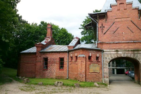 Brama carska a za nią jest muzem w miejscu, gdzie kiedyś stał Pałac