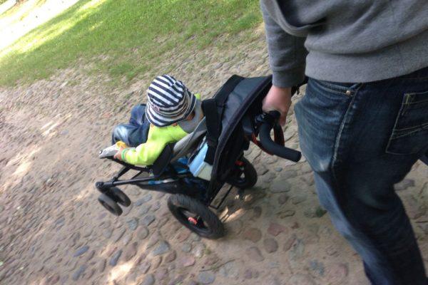 Ogólnie nie musicie mieć takiego terenowego wózka, bruk jest tylko na małym fragmencie, a tak to ubita ziemia :)