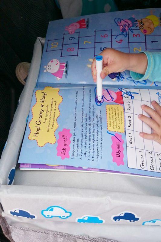 Stolik podróżniczy to kolejny gadżet, który może spodobać się najmłodszym, jest miękki, a jednocześnie mozna na nim położyć np. puzzle