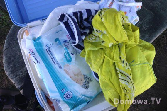 Podręczna walizka z rzeczami, ubranie, pieluchy, jedzenie
