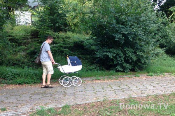 To Michał z wózkiem, rączka mogłaby być ciut wyżej lib regulowana, ale wózek i tak prowadzi się łatwo