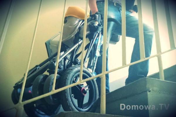 """Złożony wózk można bezproblemowo wciągać za sobą po schodach. Gdy jesteśmy u jednych lub drugich rodziców to dla nas wielki plus. Wózka nie trzeba nieść, wystarczy ciągnąć a on z łatwością """"wskakuje"""" na kolejne stopnie dzięki sporym pompowanym kołom"""