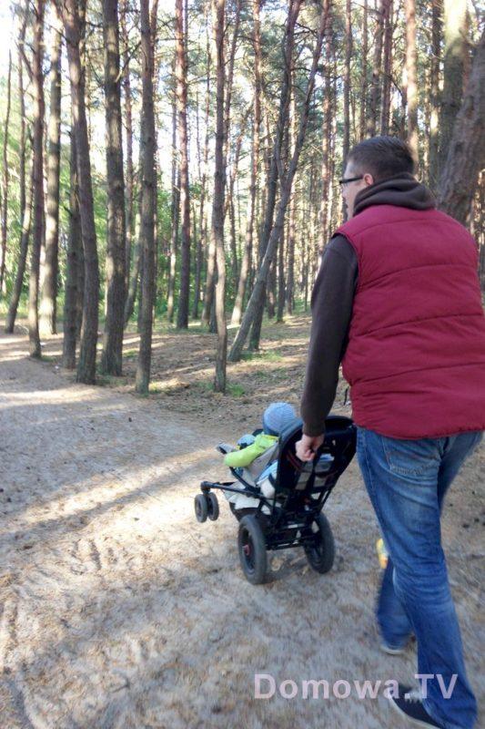 Wózek do zadań specjalnych, idealny na plażę, do lasu. Testowałam wiele wózków, ale ten sunie tak lekko, że to przyjemność. Tutaj w pozycji taczki na tylnich kołach - mega wygodnie