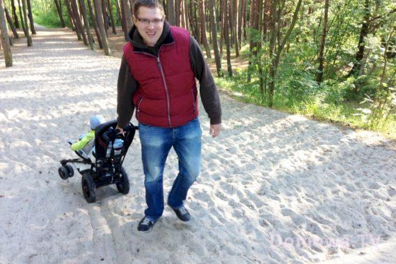 W lesie, po piachy wygodnie można ciągnąć wózek za sobą :)