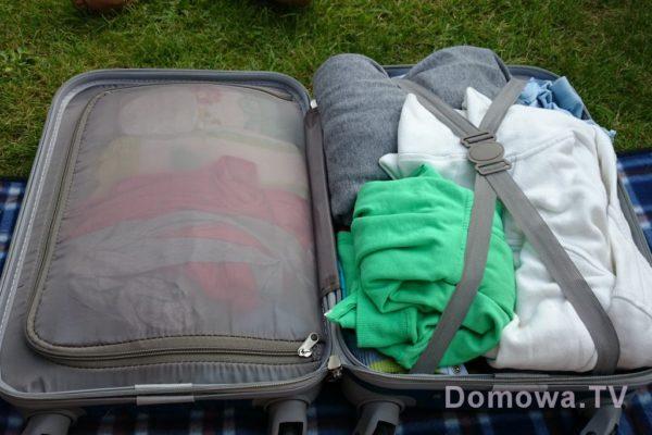 Zawartość naszej walizki, ułatwia mi zasuwana kieszeń i gumki trzymające rzeczy, ale utrudnia to, że walizka jest jednak sztywna :)