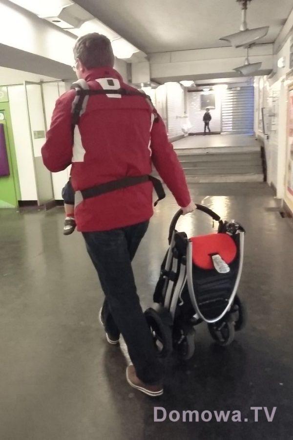Składanie kompaktowe, bez konieczności wypinania siedziska i bez ryzyka rozłożenia ratowało nam życie w paryskim metrze, gdzie nijak z wózkiem się nie da :) Oczywiście potem kupiliśmy yoyo, ale to inna historia :)
