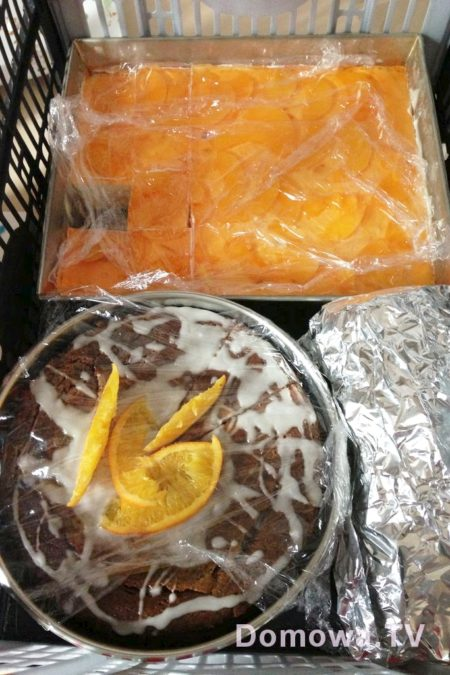 Gotowe ciasta, babki, serniki pakowałam w rozkładany kosz i jechaliśmy do znajomych lub rodziny na małą wielką ucztę. Na miejscu był plebiscyt słodkości i innych dań.