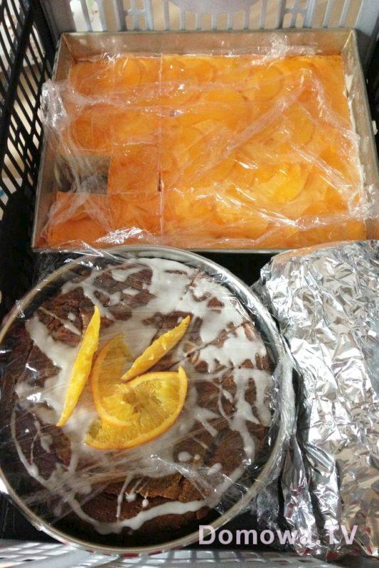Gotowe ciasta, babki, serniki pakowałam w rozkładany kosz i jechaliśmy do znajomych lub rodziny na małą wielką ucztę.