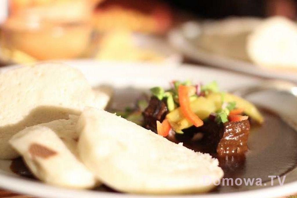 Gulasz z knedliczkami, porcja za ok. 190 Kc (ok. 25 zł)