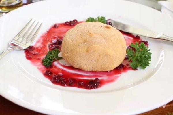 Jedzenie w Pradze – tutaj smażony hermelin z borówkami ok. 90 Kc