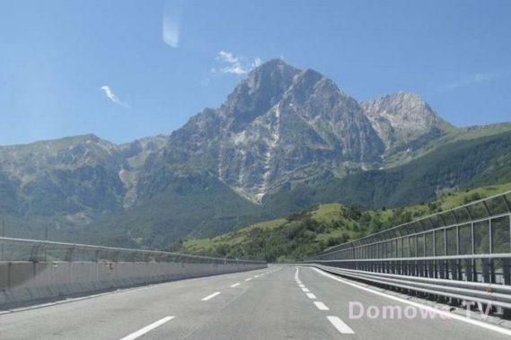 Droga do L'Aquili od strony morza wiedzie przez gory oraz długi na 10 km tunel