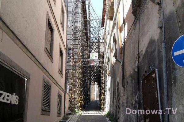 L'Aquila podparte budynki i zagrodzone wejścia do uliczek
