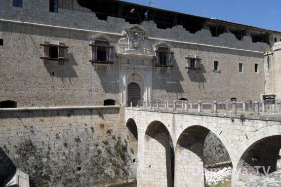 L'Aquila podparte budynki tu zamek