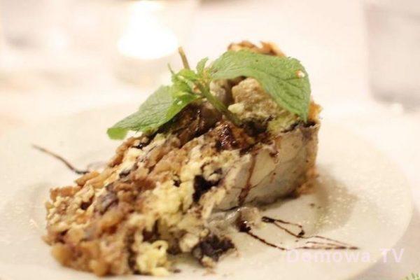 Popularne ciasto gibanica zrobione na bazie ciasta filo, jabłek, orzechów