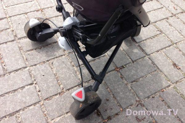 Hamulec i koła – hamulec niewygodny, klasyczny Quinny :) naciskamy z prawej, zwalniamy z lewej. Koła tylne szerokie dość, ale one wyjątkowo zaniżają własciwości jezdne wózka
