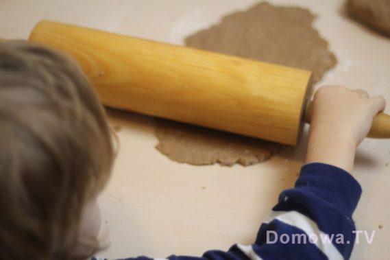 Małe dziecko z kuchni? Tutaj wałkuje ciasto na pierniczki :)