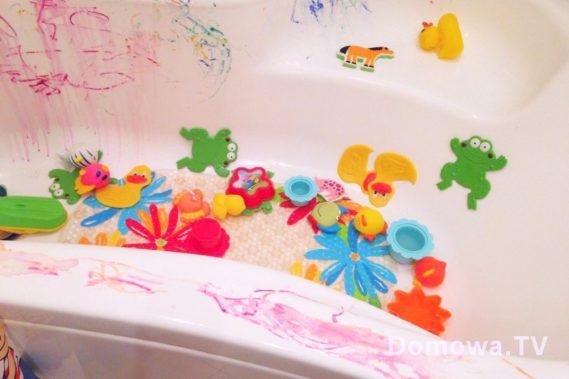 A na koniec coś dla osób o mocnych nerwach :D wanna po zabawie :) ufff na szczęście tylko wystarczy spłukać wodą a zabawki wrzucić do żaby. Dobranoc