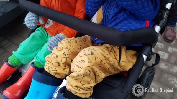 Duże dzieci w zimowych kurtkach