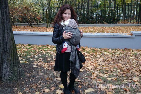 Mniejsze dzieci najfajniej nosić z przodu i okrywać kurtką :) Tutaj co prawda jesień i  wcale nie zasunięta kurtka, ale wiecie o so chodzi