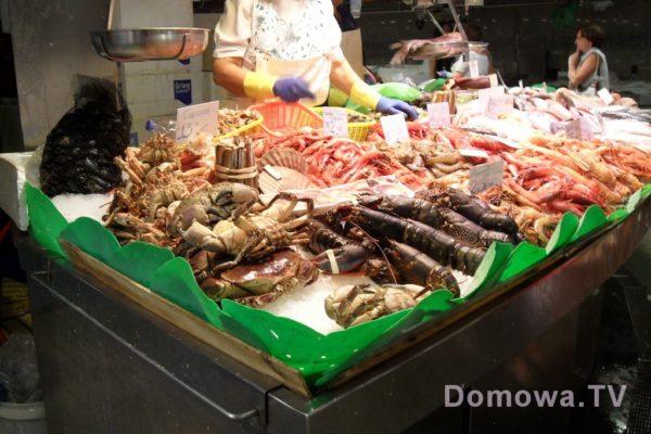Stoiska ze świeżymi rybami i owocami morza
