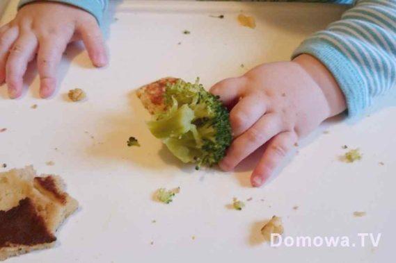 Początki BLW - brokuł, placuszki jaglane, jeszcze była gdzieś tam marchewka :D
