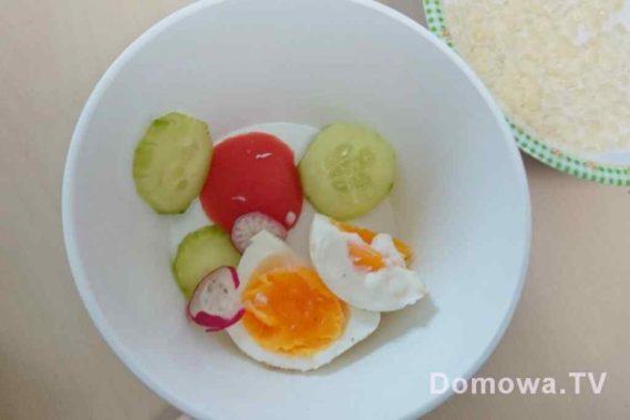 Tutaj akurat śniadanie, rzodkiewka, pomidor, ogórek, jajko a dla starszego zupa z makaronem i mlekiem roslinnym lub kozim