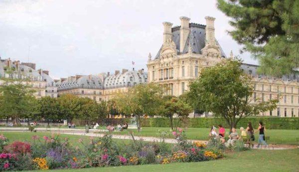 Paryż – park między Place de la Concorde a Luwrem