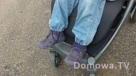 Miejsce na nóżki, a dla mniejszego dziecka rozkładany podnóżek
