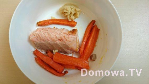 Jeden z ulubionych obiadów :) łosoś grillowany na patelni bez tłuszczu, frytki z marchewki z piekarnika oraz hummus