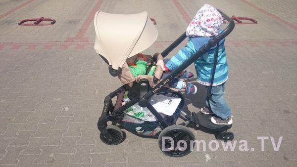 Z Jane Muum przodem – swoją drogą dziecko trzyma się pałąka – w końcu widzę jego zastosowanie :)