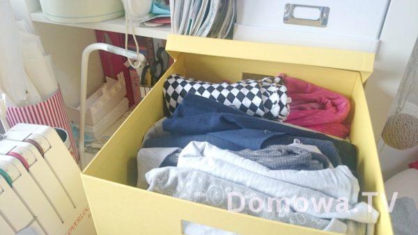 Wszystkie materiały trzymam w pudłach podzielone na rodzaje (dresówka, tkaniny, dzianiny na tshirty itd).