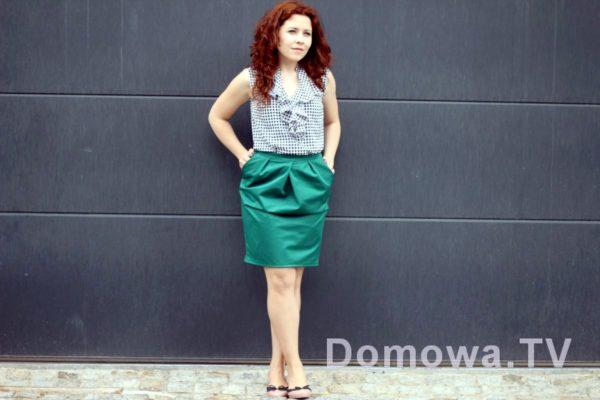 Zielona spódnica, bluzka w granatową pepitkę i baleriny
