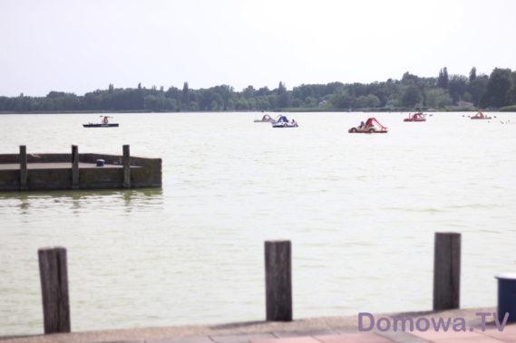 Inni pływają na łódkach, rowerach